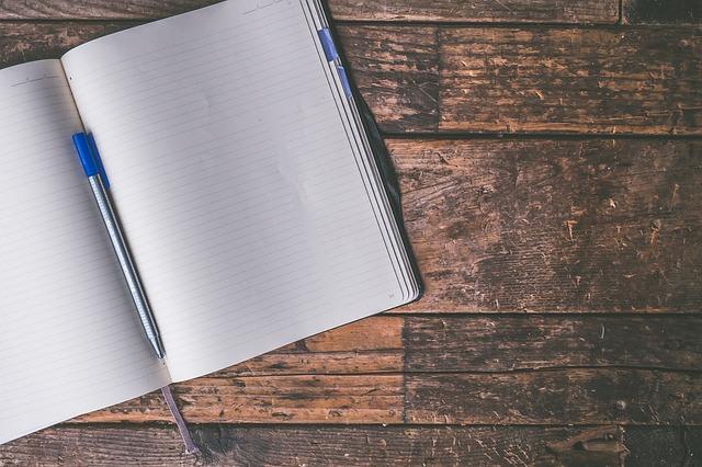 deník na stole