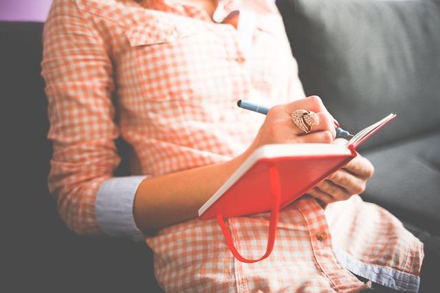 žena píšící deník