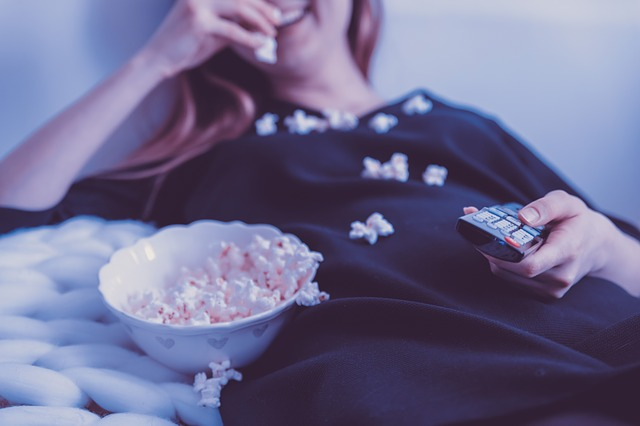 žena sleduje tv