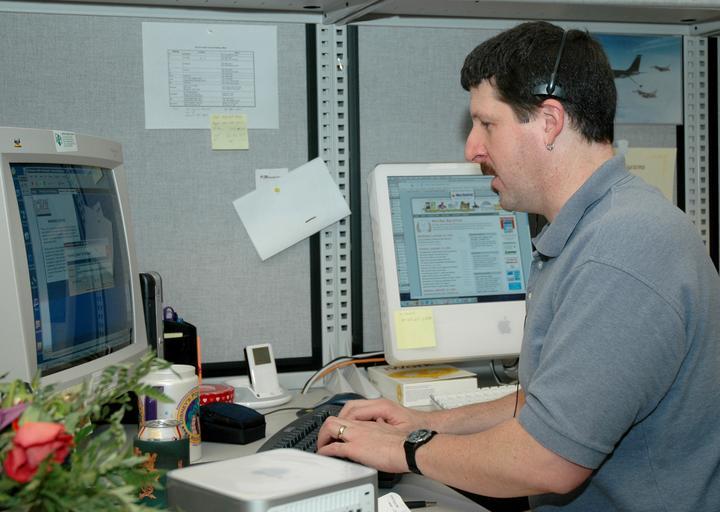muž u monitoru.jpg