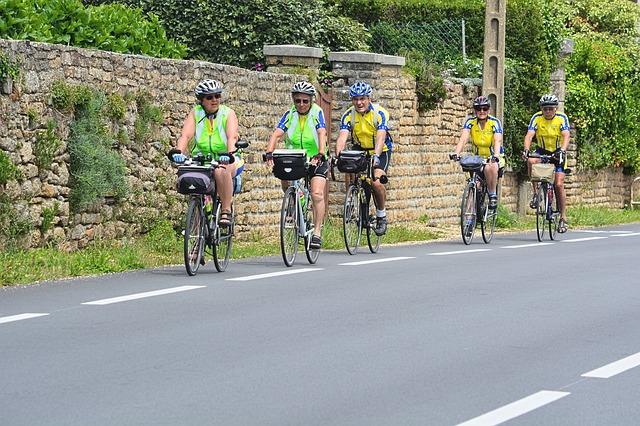 cyklisté na silnici.jpg