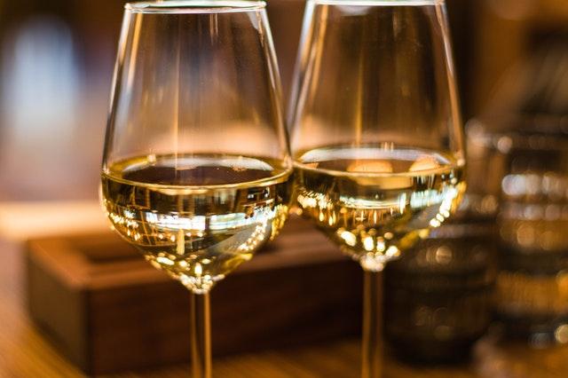 dvě skleničky s bílým vínem